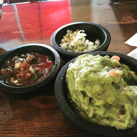 Los Arroyos Mexican Restaurant: Fresh guac and delicious salsa options