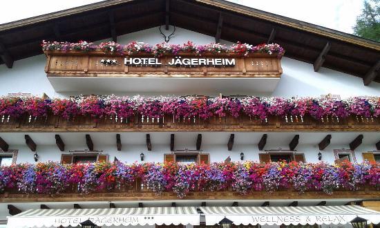 I loro meravigliosi terrazzi fioriti. - Foto di Hotel Jägerheim ...
