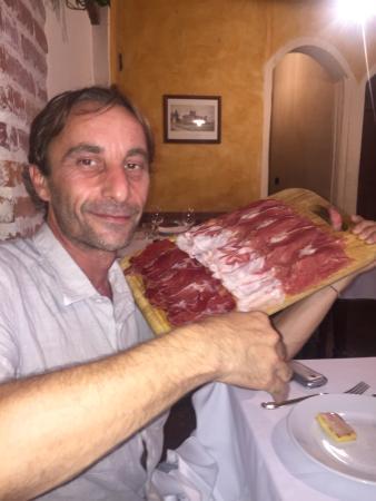 Borgo San Giacomo, Italy: Tagliere di salumi. Fabio Cremona (il presidente)