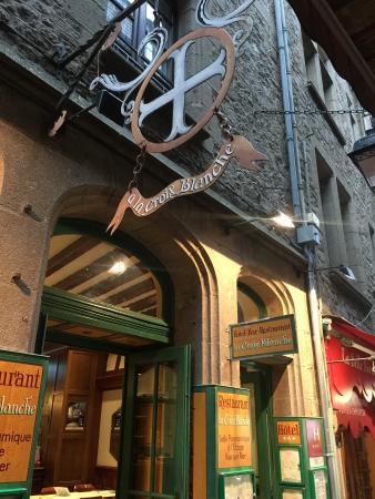 Hotel Croix Blanche: 入り口はこの看板が目印