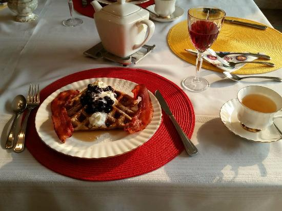 A Touch of English Bed & Breakfast: breakfast-2