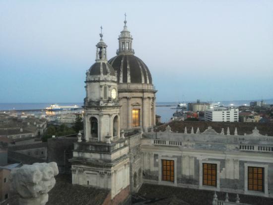 Vista Della Cupola Del Duomo E Del Porto Di Catania Dalle