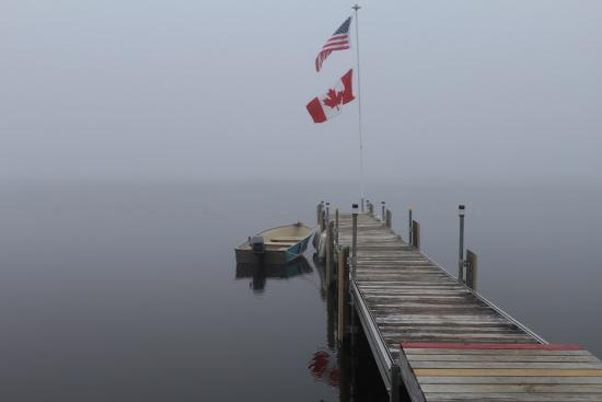 Canaan, Βερμόντ: Morning on the Dock on Wallace Pond at Jackson's Lodge