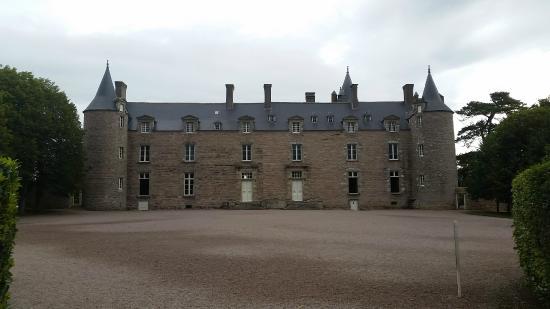 Chateau de Bienassis: facade avant du château de Bienassis