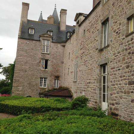 Chateau de Bienassis: facade arrière et partie du jardin