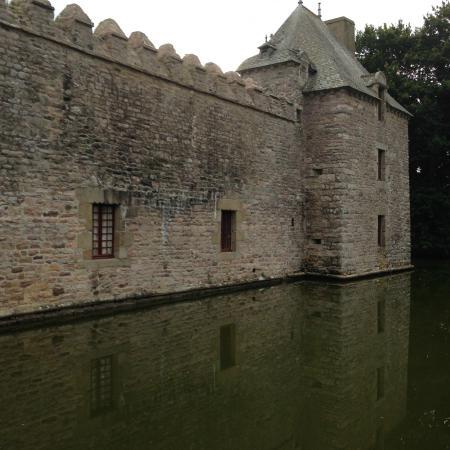 Chateau de Bienassis: rempart et douve du château
