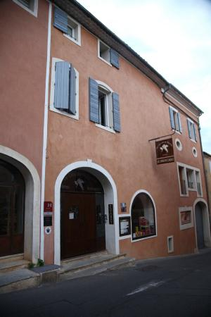 Le Clos de la Glycine : Hotel entrance at the main street