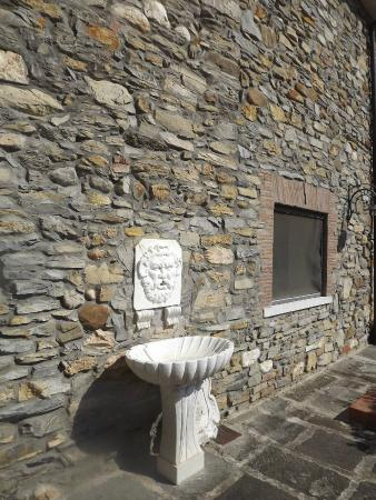 B&B IL Monticello: Fonte esculpida em mármore na entrada