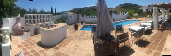 Finca Los Pinos Guesthouse: Panorama of pool area