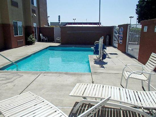 Microtel Inn & Suites by Wyndham Lodi/North Stockton: Outdoor pool area [small pool]
