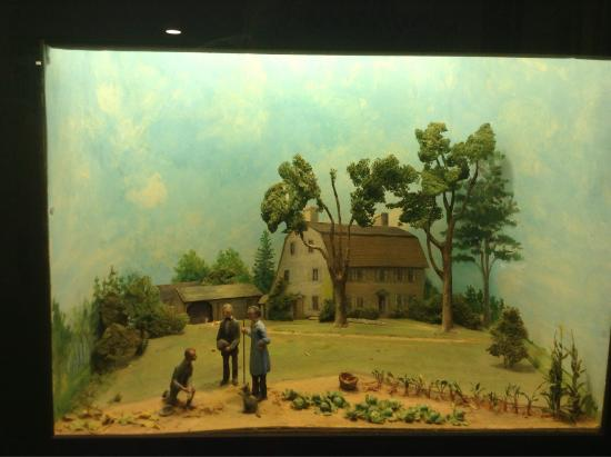 ‪‪Concord‬, ماساتشوستس: Diorama by Louise Stimson of the Old Manse in 1842.  Emerson, Thoreau, and Hawthorne are depicte‬