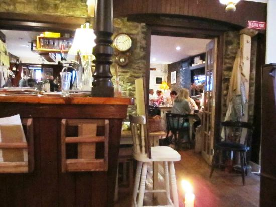 Bandon, Irland: The bar and dining room