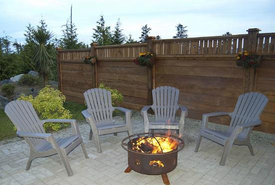 Wild Pacific Bed and Breakfast: Fire pit (when season allows)
