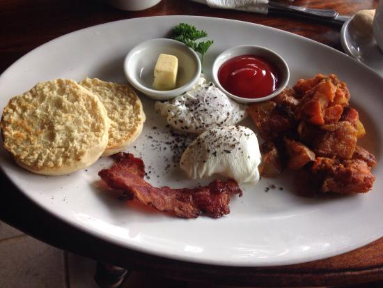 Cinta Inn: Breakfast deal- poached eggs and very crispy bacon. Also Includes tea or coffee and a juice.