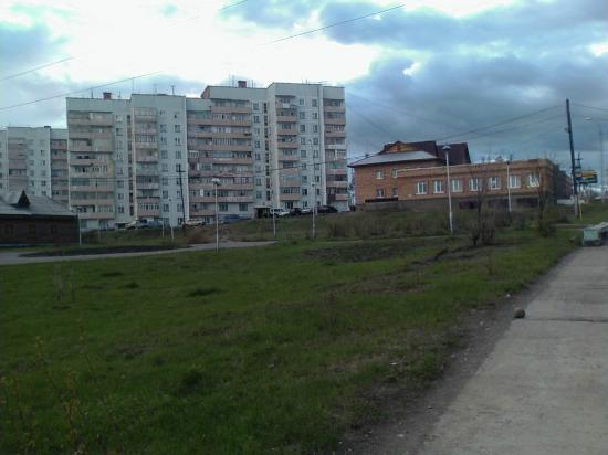 Kodinsk, Russie : Район Трех тополей (три дома с нарисованной радугой)