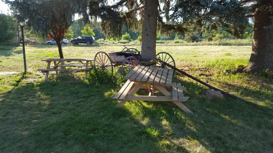 Indian Hills Inn: Wagon - keep your children off! Picnic tables near firepit area
