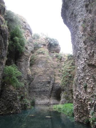 La Casa Del Rey Moro: внизу у реки