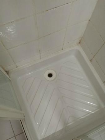 Hotel Saint-Georges: Dusche: nicht sauber und ohne Stöpsel