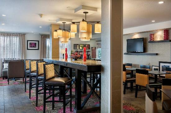 Hampton Inn Portland Clackamas: Breakfast Seating Area