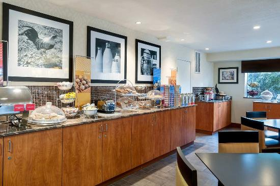 Hampton Inn Portland Clackamas: Breakfast Buffet