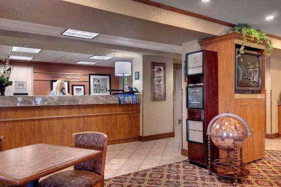 Hampton Inn Portland Clackamas: Front Desk & Lobby