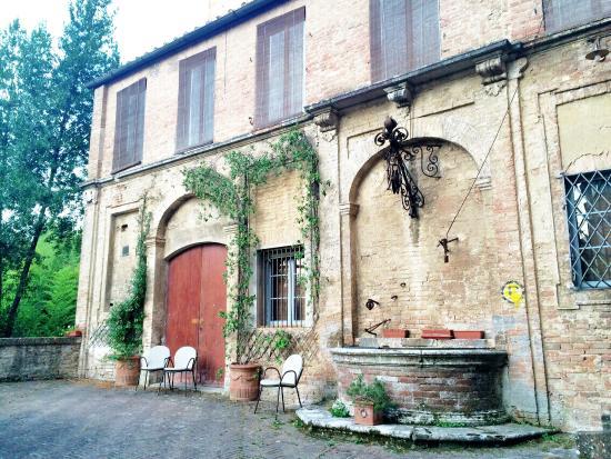 Palazzo Bruchi: Old well