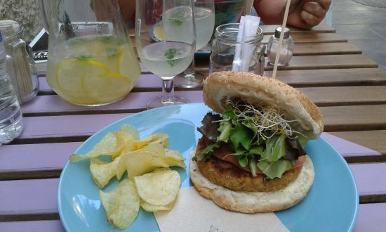 Almalibre Açaí Bar - Hamburguesa Eco Vegana: Garbanzo y quinoa