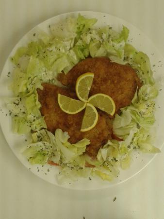 Bargen, Suíça: paniertes Schnitzel, serviert auf einem Eisberg-Salatbett