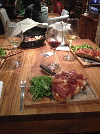 Aux Quatre Coins du Vin : Tartines compotée d'oignons, mozzarella et coppa