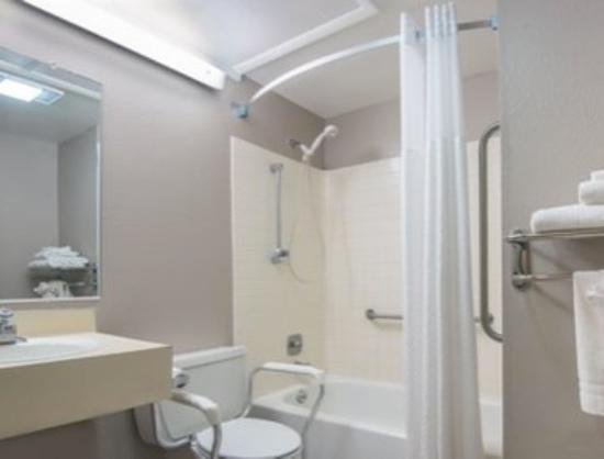 سوبر 8 شيريدان: ADA Bathroom
