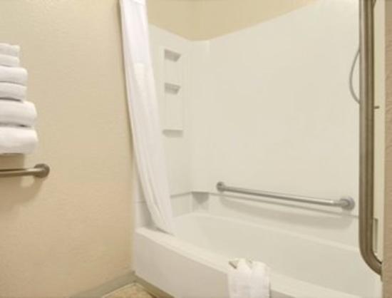 Super 8 Albuquerque/Midtown : Bathroom