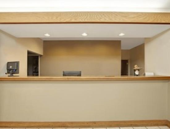 Hampshire, IL: Front Desk