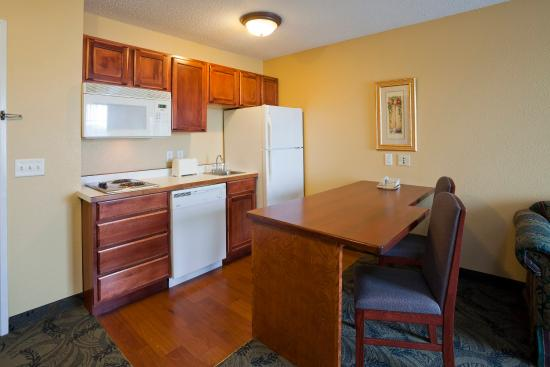 GrandStay Residential Suites Hotel Madison: Kitchenette