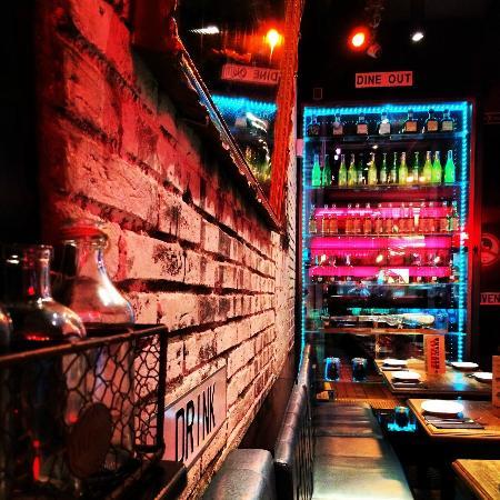 Central Mexicana Restaurante&Tequila: Neon, brick and a mirror.