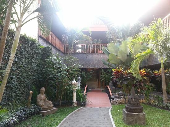 Puri Artha Hotel : Chemin vers les chambres