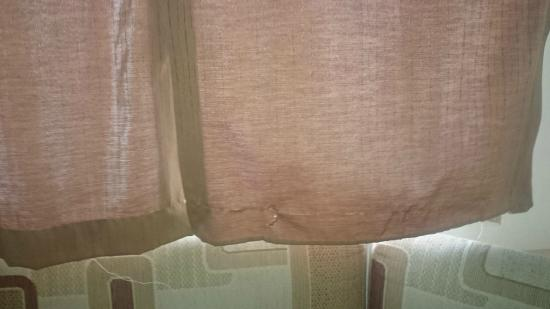 Trenance Holiday Park: Damaged curtains.