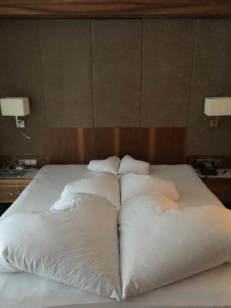 Hotel Trofana Royal: Так оригинально застилают постель:)