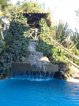 Central Park Hotel : The water fountain going into the pool