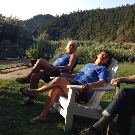 Morrison's Rogue River Lodge: relaxing on the beautiful lawn