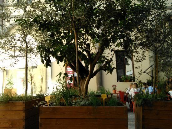 I posti a sedere all 39 esterno sono in un chiostro foto di for L esterno di un ristorante