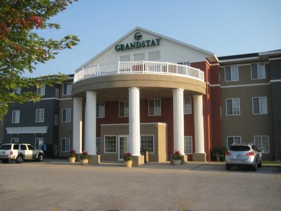 GrandStay Hotel & Suites Ames: Hotel Exterior