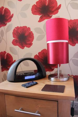 Montfort Cottage Guest House: Alarm clock/radio/usb charger in every room