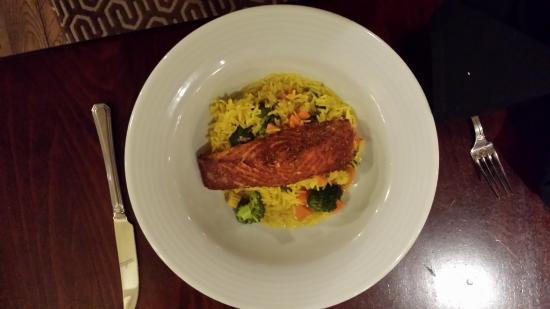 The Harbourview Grille: il salmone spezaito, proposto su un letto di riso