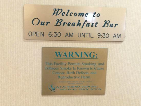 BEST WESTERN PLUS Twin View Inn & Suites: Sign permitting smoking, in the breakfast room