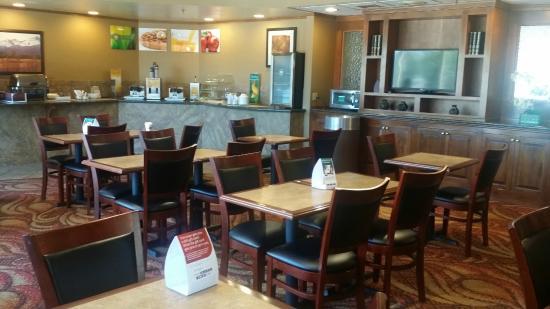 Quality Inn South: Breakfast Area
