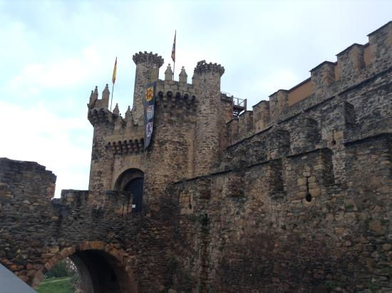 Hostal Virgen de la Encina: Knights Templar Castle across the street