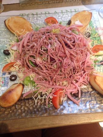 Fougeres-sur-Bievre, France : Des bonnes salades dans un restaurant de pizza pour ceux qui préfèrent manger léger à des prix t