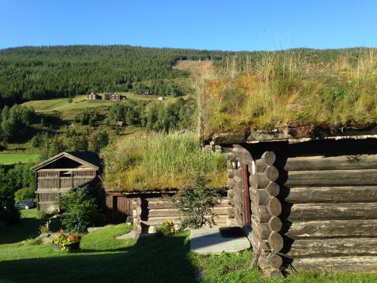 Nedre Heidal, Norwegen: Traditional farm buildings converted into comfortable cabins near moving stream/Rapids.