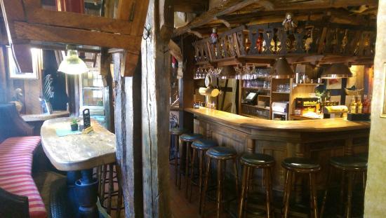 Bergen, Deutschland: Blick auf die Bar/Tresen