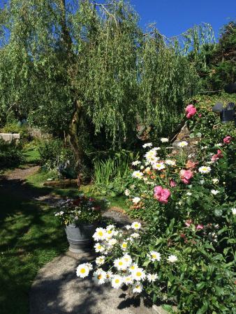 Rezare Farmhouse B&B: garden